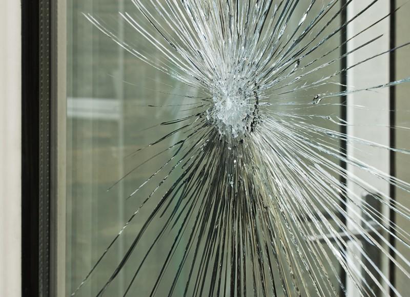 zdjęcie okna pokrytego folią antywłamaniową
