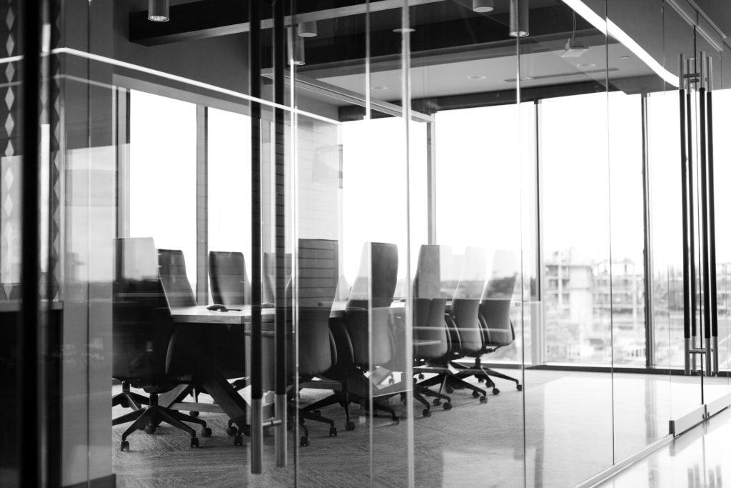Użycie folii zabezpieczającej w biurze